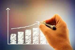 Businessman-drawing-a-financial-graph-histogram