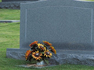 A-blank-tombstone-with-flowers