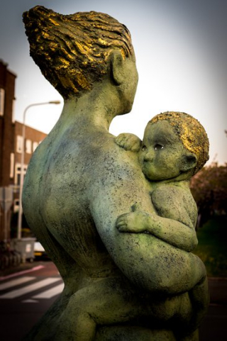 Canva-woman-carrying-child-statue-MADGxi8qEI8